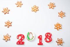 Снежинки и 2018 печений пряника рождества с конфетой на белой предпосылке с космосом экземпляра для текста Праздник, торжество Стоковые Изображения RF