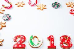 Снежинки и 2018 печений пряника рождества с конфетой на белой предпосылке с космосом экземпляра для текста Праздник, торжество Стоковая Фотография RF