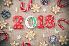 Снежинки и 2018 печений пряника рождества с конфетой на мешковине Стоковое Изображение