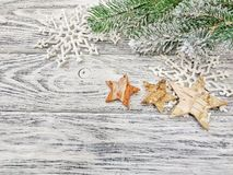 Снежинки предпосылки рождества, ветви сосны и звезды на деревянной предпосылке стоковые изображения