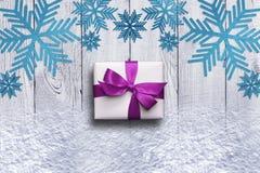 Снежинки, смычок подарка и снег Стоковое Изображение