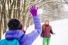 2 снежного кома игры девушек Стоковое Изображение RF