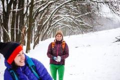 2 снежного кома игры девушек Стоковая Фотография RF