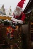 снежности на рождественской ярмарке с лампами и украшением светов внутри стоковое изображение