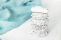 Снежный ком печений на белой деревянной предпосылке Стоковое фото RF