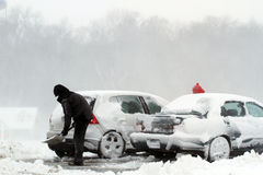 Снежок вьюги лопаткоулавливателя от автомобиля Стоковое Изображение RF