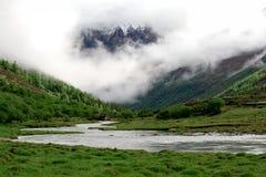 снежок горы облака пропуская Стоковая Фотография