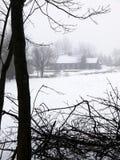 снежок дома тумана фермы Стоковая Фотография