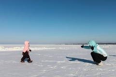 снежок игры мати ребёнка стоковые изображения