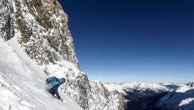 снежок катания на лыжах порошка покатого freeride offpiste стоковое фото rf
