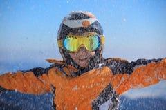 снежок мальчика счастливый играя стоковые фото