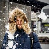 Снежок молодого человека бросая Стоковая Фотография