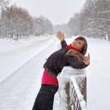 снежок под женщиной стоковые фотографии rf