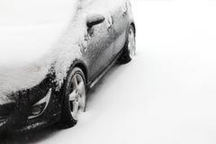 Снежок покрыл автомобиль Стоковые Фотографии RF