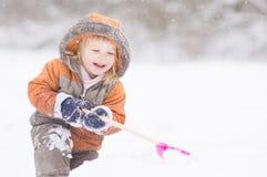 снежок прелестного лопаткоулавливателя парка dig младенца малый стоковая фотография rf