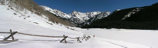 Снежок утесистой горы покрыл сценарное панорамное Стоковая Фотография RF