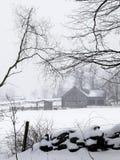 снежок v тумана фермы амбара Стоковая Фотография