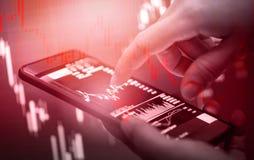 Снижение цены кризиса запаса красное вниз с дела падения диаграммы и двигать денег аварии финансов смартфон теряя/пользы бизнесме стоковые фотографии rf
