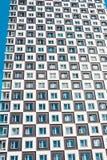 Снизу съемки современного и нового жилого дома Фото высокорослого блока квартир против голубого неба Стоковая Фотография RF