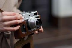 Снимите камеру в руках девушки стоковые фото