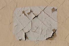 Снимите кожу с краски на стене здания Отказы на поверхности Белый прямоугольник на бежевой стене стоковые фото