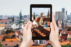 Снимок старого города Братиславы городка на таблетке стоковая фотография rf
