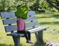сновидения outdoors ослабляя детенышей женщины лета Стоковая Фотография