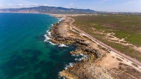 Сногсшибательная дорога вдоль красивого побережья Атлантического океана в Португалии Вид с воздуха от трутня Стоковое Изображение