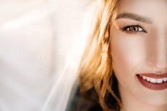 Сногсшибательная невеста с сияющей кожей стоит в комнате стоковая фотография rf