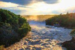 Сногсшибательное landscrape водопадов реветь на заходе солнца Стоковая Фотография
