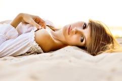 Сногсшибательные глаза женщины на песке пляжа Стоковое Фото