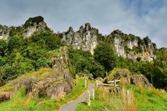 Сногсшибательные горные породы для положения киносъемки ` Hobbit, непредвиденное ` путешествием, в Новой Зеландии Стоковое фото RF