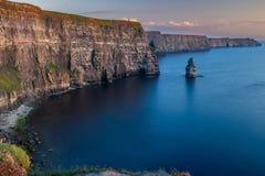 Сногсшибательные и величественные скалы Moher в графстве Кларе, Ирландии на заходе солнца, красивом розовом небе принятом от бдит стоковые изображения rf