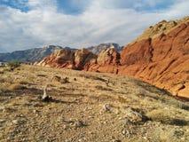 Сногсшибательные красные оранжевые горы пустыни с пасмурным голубым небом Стоковые Фотографии RF