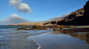 Сногсшибательные песчаный пляж и утесы, Фуэртевентура Стоковое Фото
