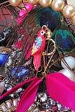 Сногсшибательные серьги моды страза кристаллов ювелирных изделий в цветах попугая Предпосылка драгоценности Текстура ювелирных из Стоковые Изображения RF