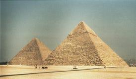 Сногсшибательный взгляд больших пирамид Гизы в Египте Стоковая Фотография