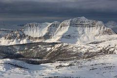 Сногсшибательный взгляд в канадских скалистых горах, от горнолыжного курорта деревни солнечности Стоковые Фото