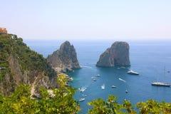 Сногсшибательный взгляд острова Капри в красивом летнем дне с Faraglioni трясет Капри, Италию стоковая фотография rf