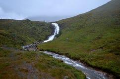 Сногсшибательный взгляд спеша водопада в Skye Стоковое Изображение