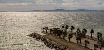 Сногсшибательный вид на море с путем с пальмами, разделением, Хорватией стоковая фотография rf