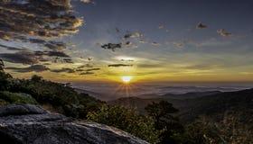 Сногсшибательный восход солнца как увидено от карей горы обозревает, национальный парк Shenandoah стоковое фото rf