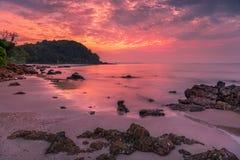 Сногсшибательный восход солнца над морем на пляже Rayong стоковое изображение