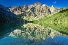 Сногсшибательный восход солнца на озере в горах Tatra, Польше стоковые изображения rf