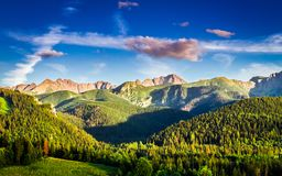 Сногсшибательный заход солнца в горах в Польше в лете, Европе Стоковые Фотографии RF