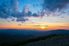 Сногсшибательный заход солнца в горах Стоковые Фотографии RF