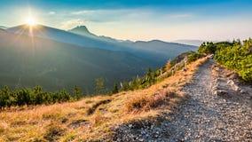 Сногсшибательный заход солнца в горах Tatra от гребня в осени Стоковые Изображения