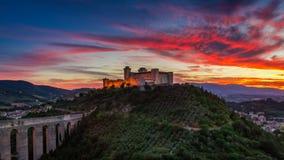 Сногсшибательный заход солнца над замком в Spoleto, Италии, Умбрии Стоковое Изображение