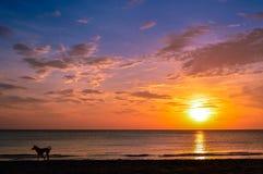 Сногсшибательный заход солнца над красивыми водами Koh Lanta, Krabi, Таиланда Стоковые Изображения RF