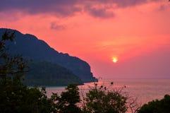Сногсшибательный заход солнца над красивым Phi Phi Koh, Таиландом Стоковое Изображение RF